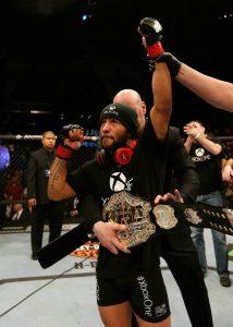 Demetrious recebe o cinturão das mãos de Dana White. Foto: UFC/Divulgação
