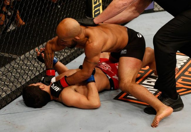 Demetrious Johnson nocauteia Benavidez e defende seu cinturão no UFC