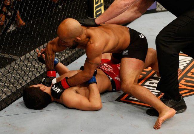 Demetrious Johnson nocauteia Benavidez e defende seu cinturão no UFC