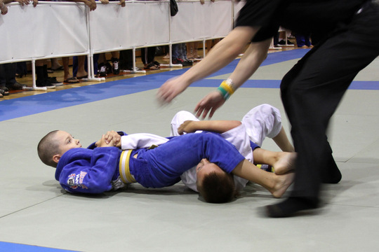 Vídeo: veja o pequenino Isaac distribuindo armlocks no Jiu-Jitsu