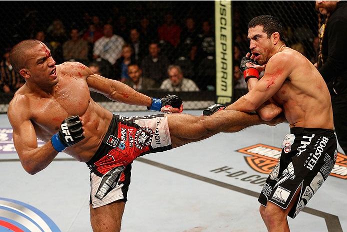 Edson aplica forte chute na linha de cintura, e Danny acusa o golpe. Foto: UFC/Divulgação