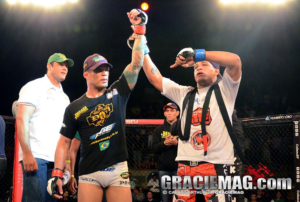 Apesar da rivalidade, Durinho ergue o braço de Bananada após o combate. Foto: Carlos Arthur/GRACIEMAG