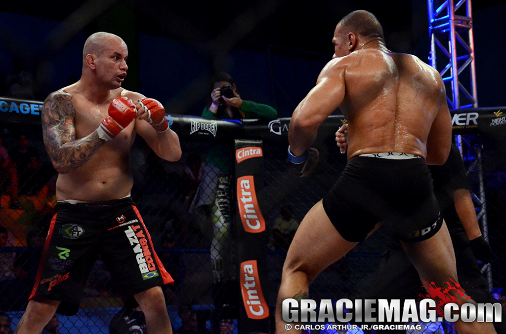 Gogó no combate contra Armando Sapinho valendo o cinturão do WOCS. Foto: Carlos Arthur/GRACIEMAG