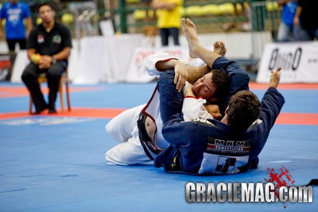 Marcus Buchecha arrocha o triângulo. Foto: GRACIEMAG