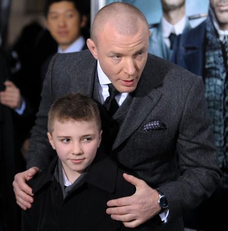 Guy Ritchie e o filho Rocco no lançamento do filme sobre Sherlock Holmes.