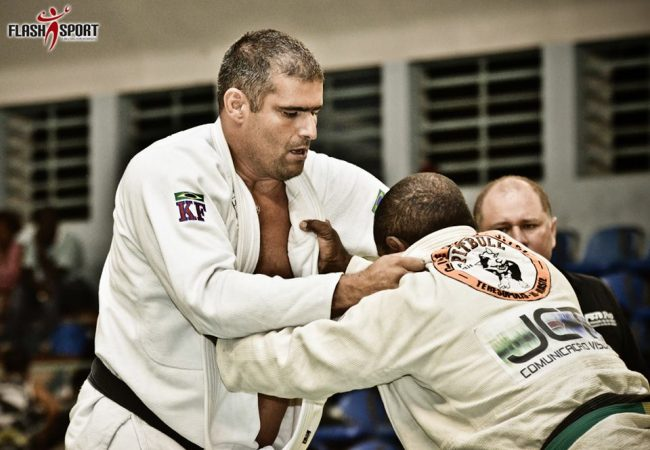 Variação do Jiu-Jitsu básico: raspe e caia montado com o ex-UFC Rafael Carino