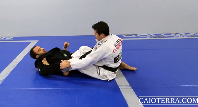 Video: Escape and pass the 50/50 guard with Caio Terra