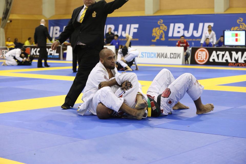 Yuri Simoes finalizou Igor Silva no braco nas quartas do absoluto do Europeu