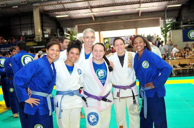O professor de Jiu-Jitsu Zé Beleza entre as meninas. Fotos: Kazuo Yokoyama/Divulgação