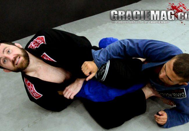 """Árbitros do Jiu-Jitsu analisam posição ensinada aqui por Alan Belcher: """"Ilegal"""""""