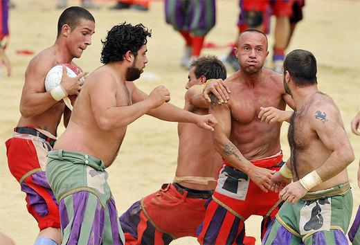 Você se acha durão? Que tal uma partida do tradicional calcio na Itália?