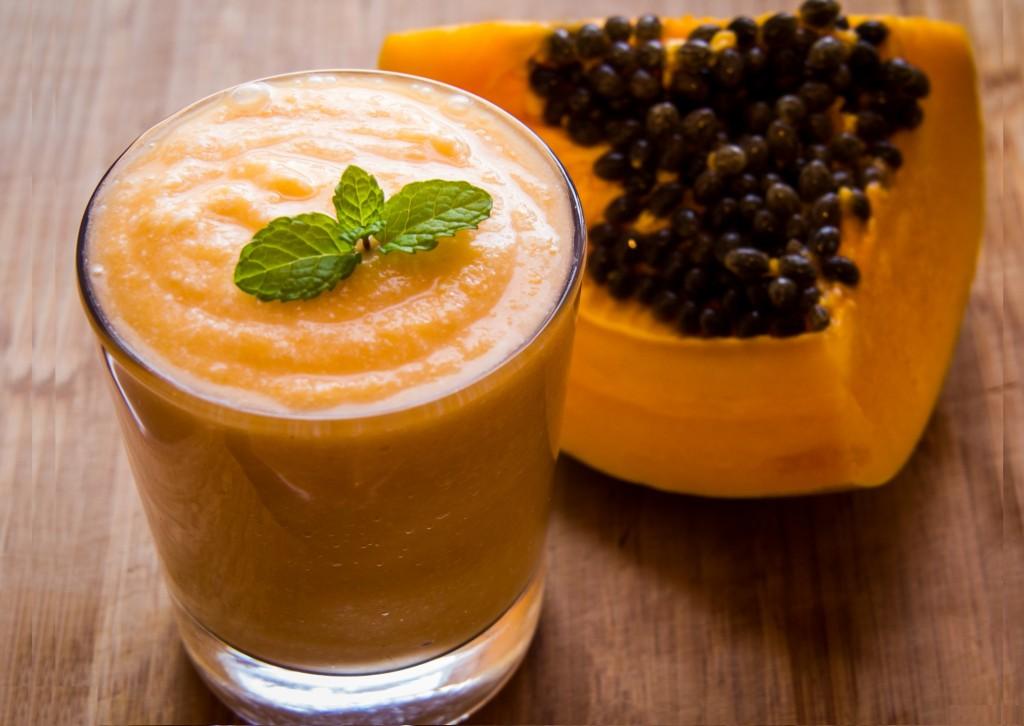 Mamão papaya, o suco e a fruta.