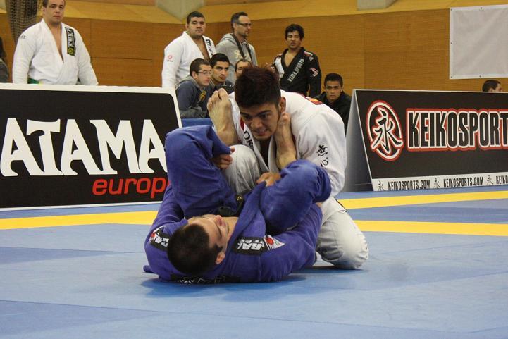 Roberto Satoshi encara a guarda de Michael Langhi no Europeu de Jiu-Jitsu da IBJJF.