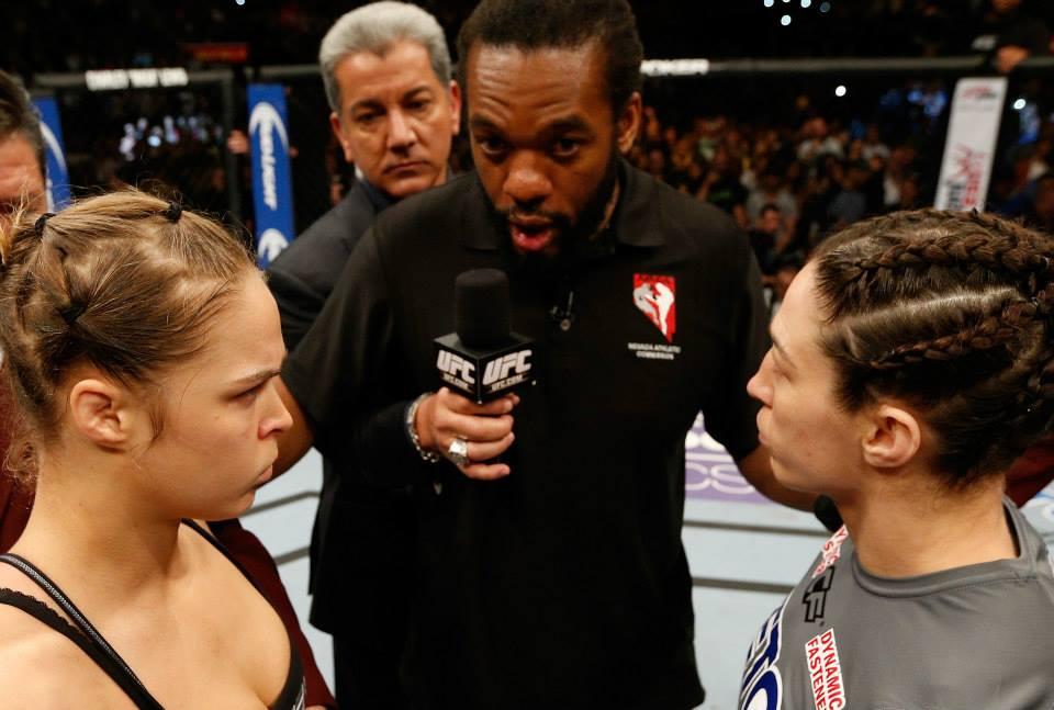 Hearb Dean passa instruções para Rousey e McMann antes do combate. Foto: UFC/DIvulgação