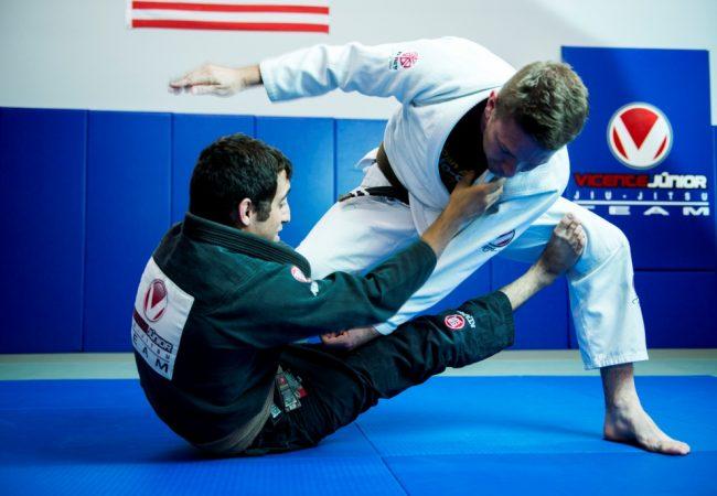 Jiu-Jitsu: Raspe o oponente no giro da guarda De La Riva