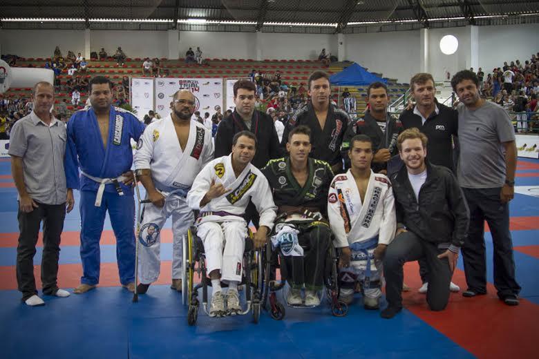 Depois de emocionarem os torcedores, todos os lutadores da nova categoria foram premiados com medalhas. Foto: Diego Cunha / Pro Sports