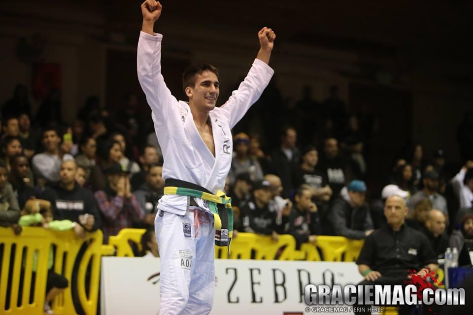 Gui Mendes comemora mais uma vitoria no iu-Jitsu. Foto: GRACIEMAG