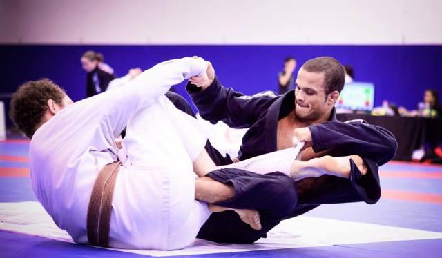 Afie a guarda laçada e aprenda duas raspagens para usar no Jiu-Jitsu