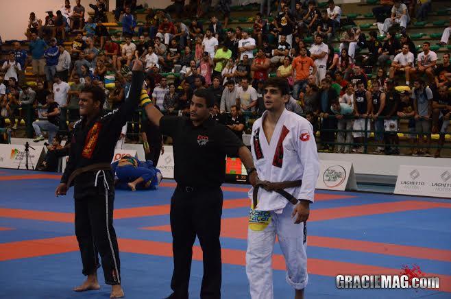 Marcio André vibra muito ao vencer Felipe César, numa das melhores lutas em Gramado.
