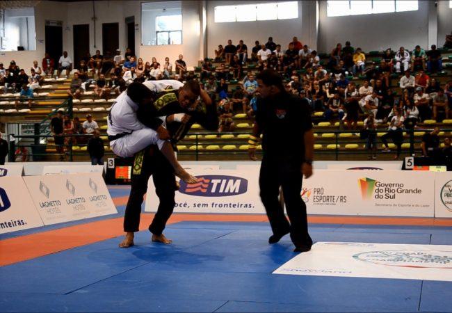 """WPJJC: veja o """"acrobático"""" estrangulamento de Langhi na final até 76kg"""