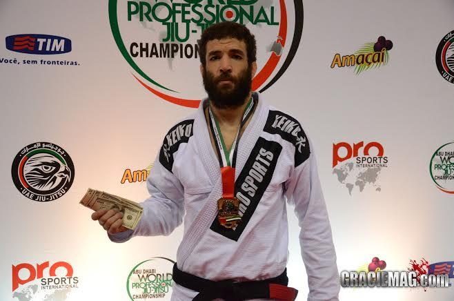 Murilo Santana faturou mil dólares com a vitória no absoluto faixa-preta. Foto: Vitor Freitas