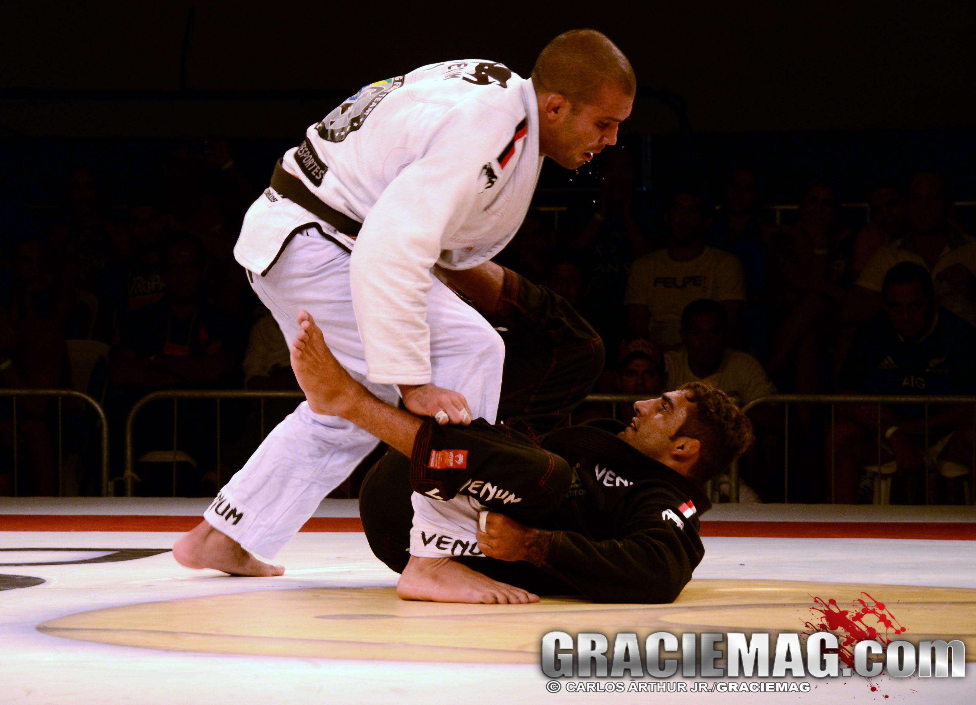 Rodolfo Vieira bota pressão na guarda de Leandro Lo. Foto: Carlos Arthur Jr.