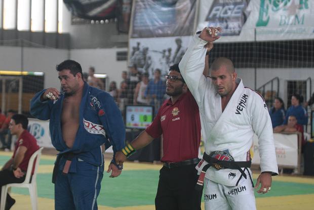 Rodolfo Vieira não resiste, entra em torneio de Jiu-Jitsu no Ceará e finaliza dois