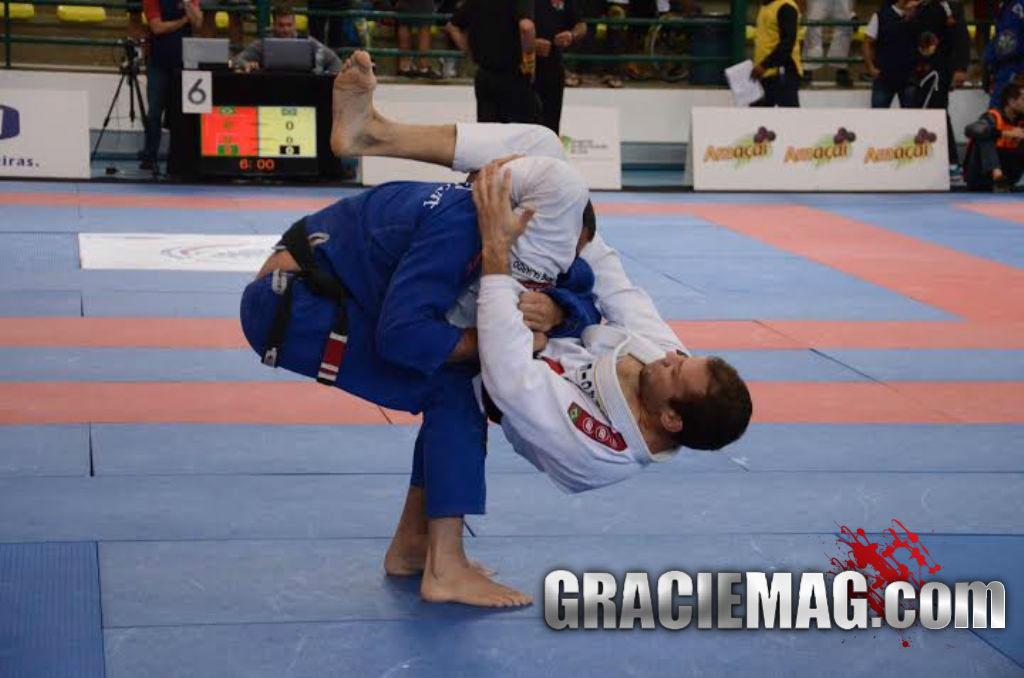Rodrigo Fajardo arrocha o triangulo na sexta feira em Gramado Foto Vitor Freitas