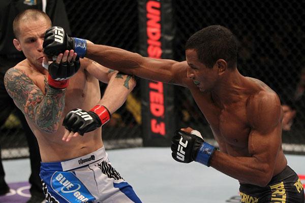 UFC-on-Fuel-TV-3-Johnny-Eduardo-acerta-soco-em-Jeff-Curran-Foto-Josh-HedgesZuffa-LLCGetty-Images