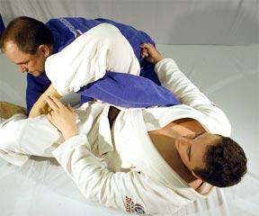 Promessa da academia Cícero Costha ensina a finalizar na omoplata
