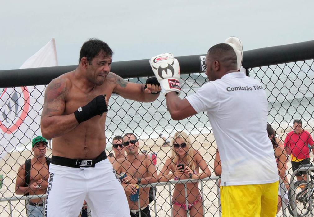 Minota afia o boxe com Prof. Edelson na praia da Barra. Foto: Leonardo Fabri