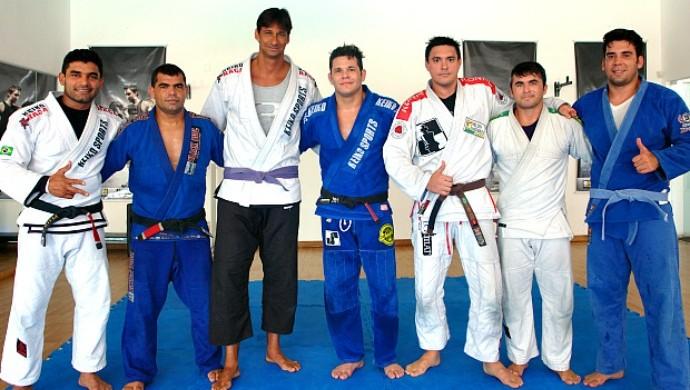 Ricardo, o maior faixa-roxa da foto, ao lado dos companheiros. Foto: Carol Pessoa/GE.com