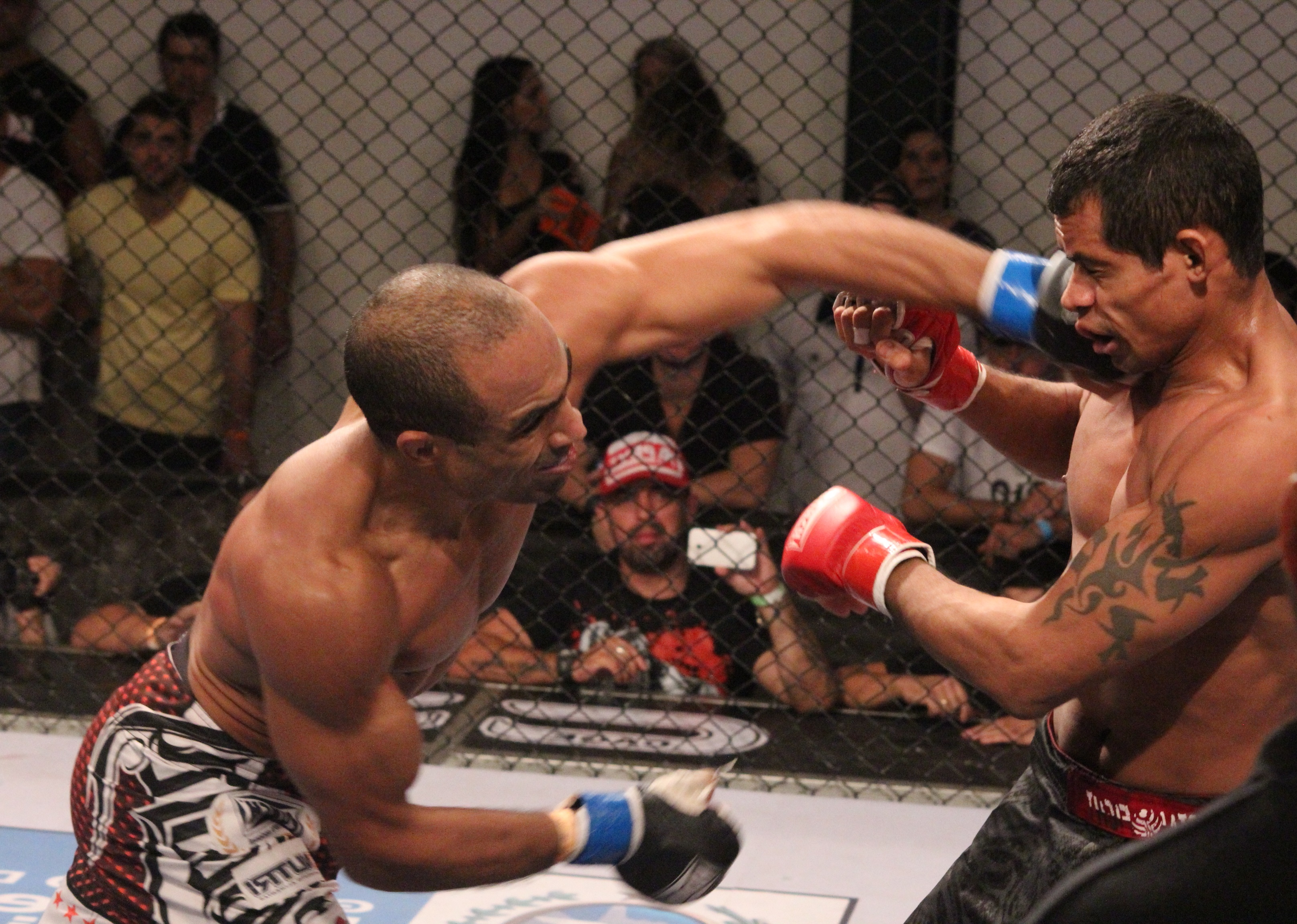 Willian Viana em combate com Porco Loco. Foto: Carol Correa/Divulgação