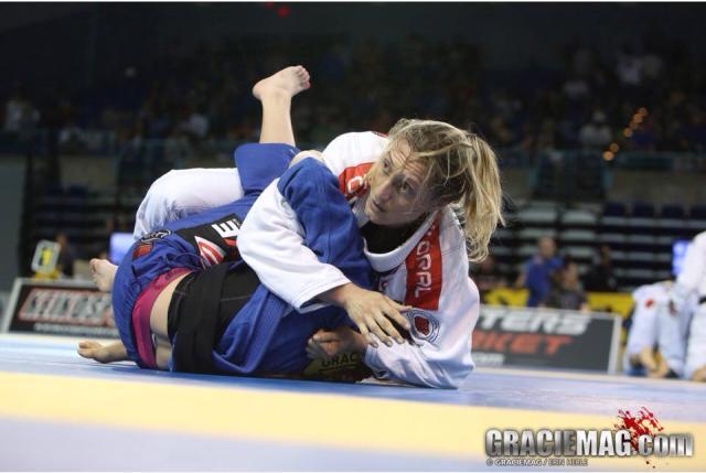 Andresa Correa em duelo contra Mackenzie Dern. Foto: Erin Herle/GRACIEMAG