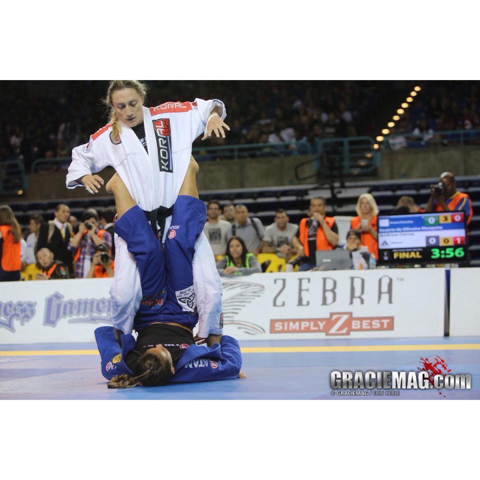 Bia Mesquita (azul) tenta desequilibrar Andresa na final do absoluto.