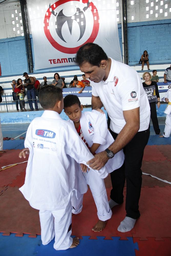 Minotauro instruiu crianças no projeto Guerreiros do Futuro. Foto: Fernando Azevedo