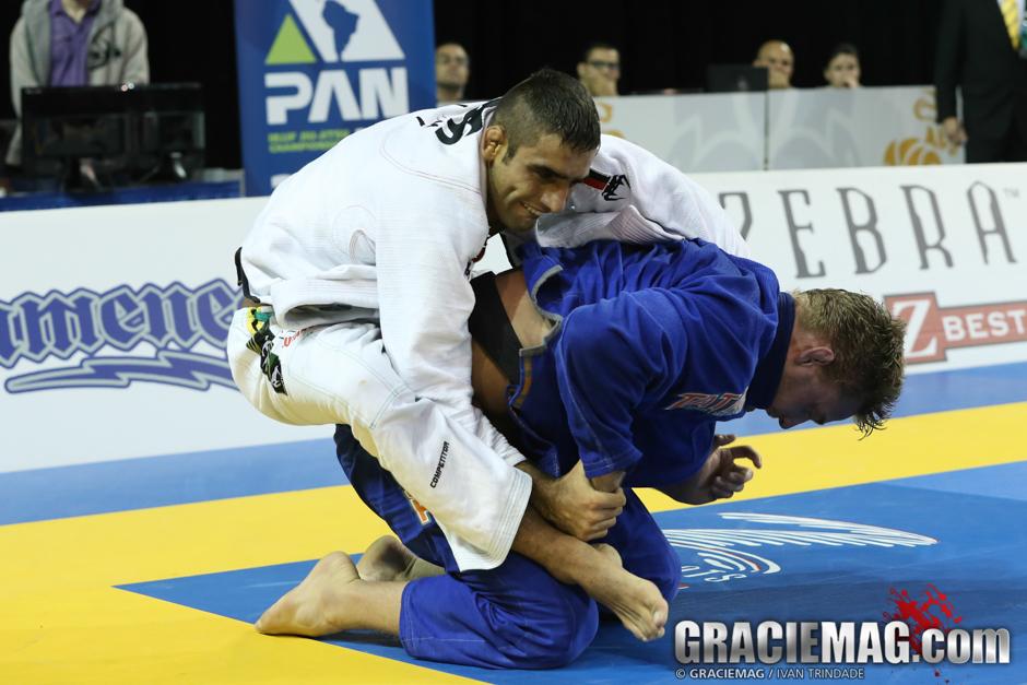 Leandro Lo tenta atacar as costas de Alex Trans.jg