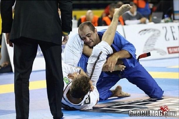 Luiz Panza ataca o braço de Bê Faria na final do Pan. Foto:GRACIEMAG