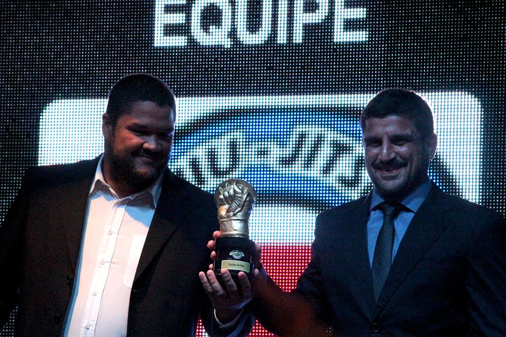 Chico Melo e Jair Lourenço recebem o prêmio de melhor equipe para a Nova União. Foto: Divulgação