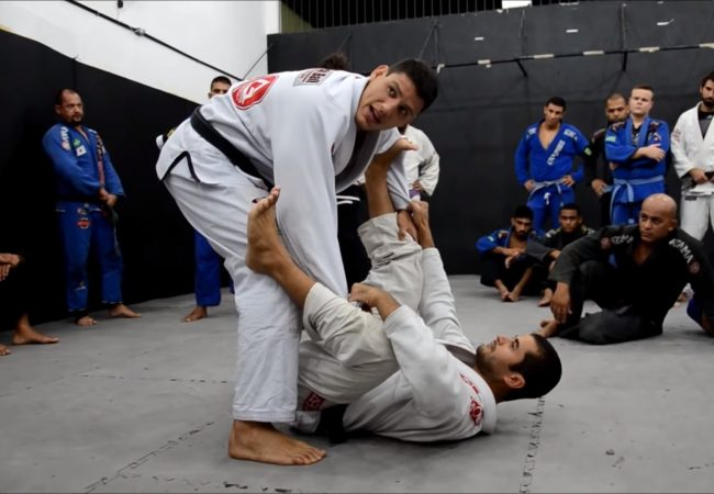 Felipe Preguiça teaches how to pass the spider guard in one swoop