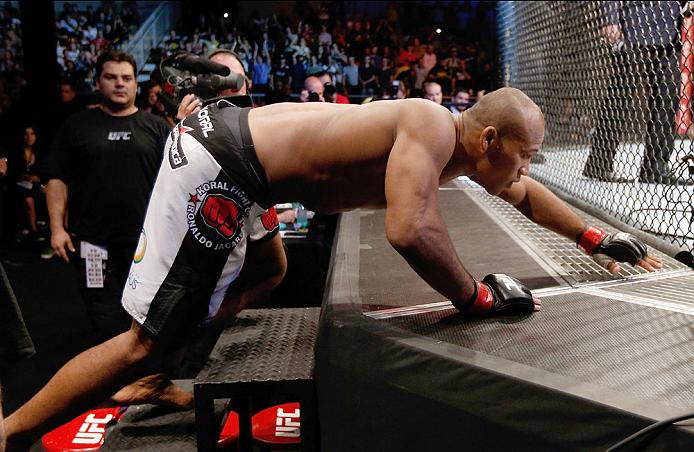 """Jacaré em sua tradicional """"rastejada"""" no octógono do UFC. Foto: Josh Hedges/Zuffa LLC via Getty Images"""