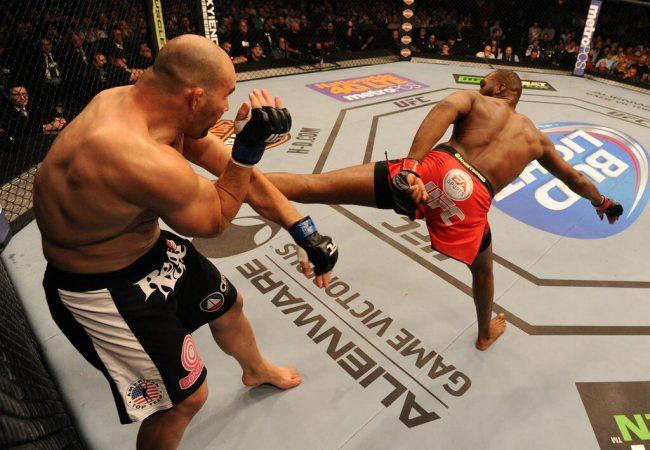 Jon Jones vence Glover Teixeira em noite de finalizações no UFC 172