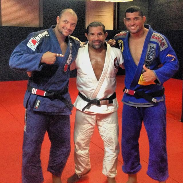 Igor Silva com os amigos em Abu Dhabi. Foto: Arquivo Pessoal