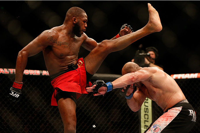 Jon Jones chuta Glover Teixeira no UFC 172 Foto por Patrick Smith