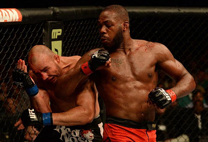 Jon Jones solta a cotovelada em Glover na luta em Baltimore: recursos da defesa pessoal do Jiu-Jitsu. Foto: Patrick Smith/Zuffa LLC