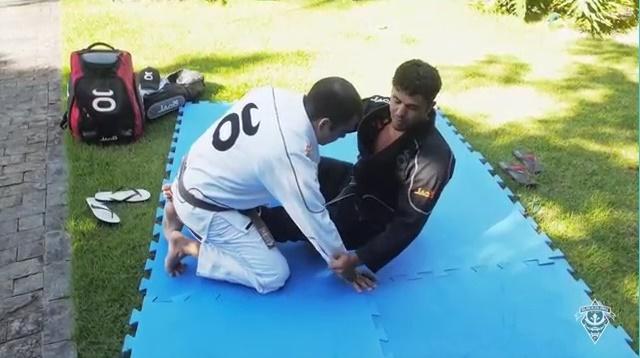 Caiu por baixo na meia-guarda? Use este estrangulamento no Jiu-Jitsu