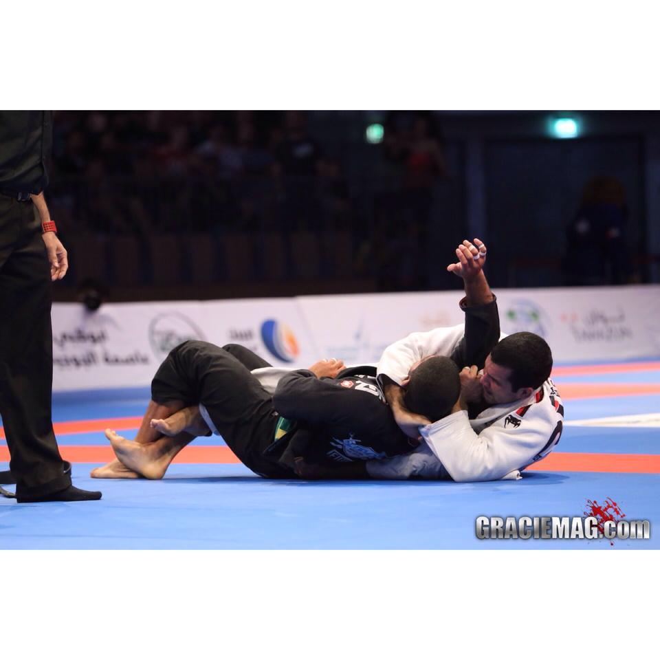 Rodolfo Vieira arrocha o estrangulamento em André Galvão, na semifinal do absoluto. Foto: Ivan Trindade/GRACIEMAG