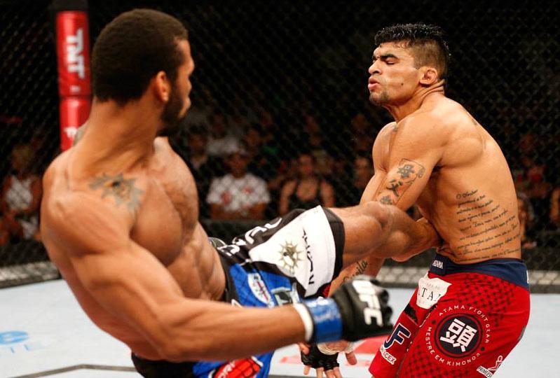 Ronny Markes (dir.) recebe duro golpe no UFC. Foto: Divulgação