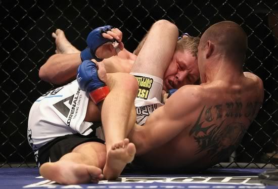 """Estude o triângulo com esta manobra """"indefensável"""" de Cerrone no UFC"""