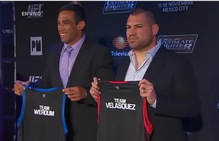 """Werdum e Velasques com as respectivas camisas de suas equipes do """"TUF"""". Foto: Reprodução"""